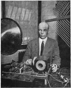 Edwin_Armstrong_and_superregenerative_receiver